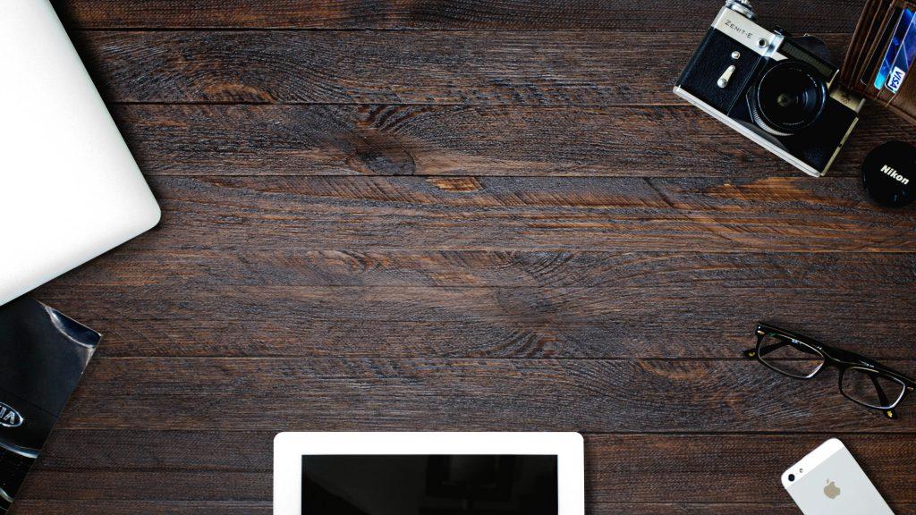 Деревянный стол с техникой стоковое фото