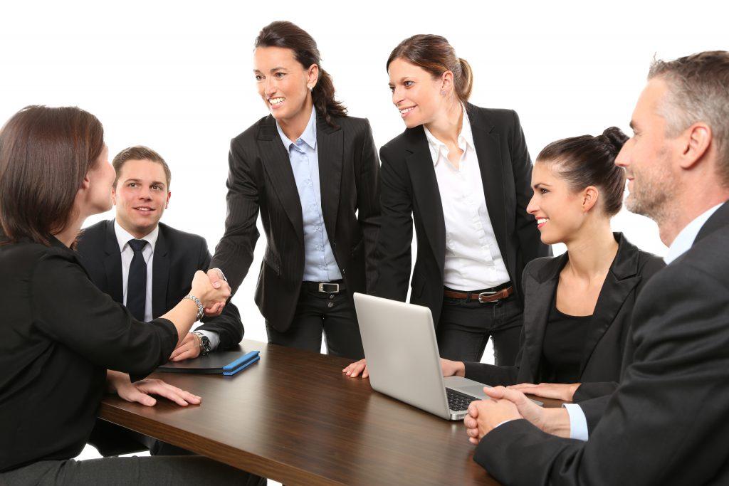 Групповая встреча сотрудников в офисе фото