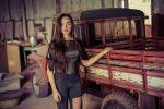 Фото молодой девушки у старого автомобиля
