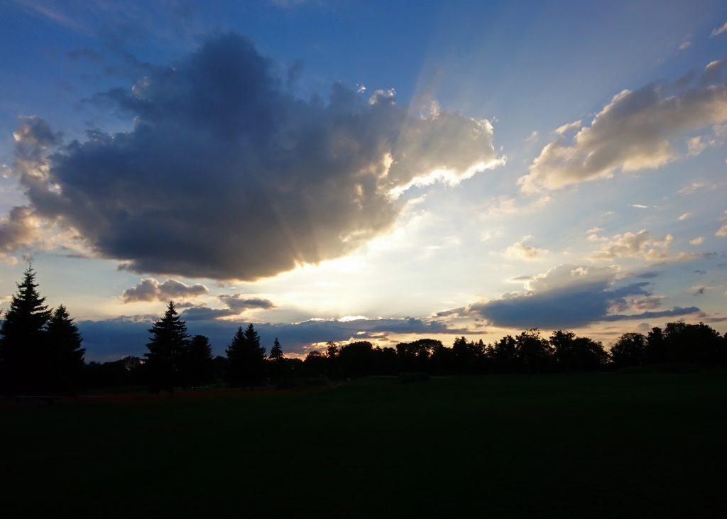 Лучи солнца сквозь тучи и закат в Межигорье