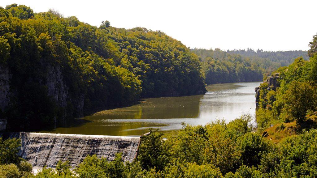Плотина гребля на реке в Житомире